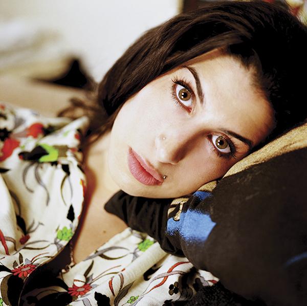 Amy Winehouse ritratta nella sua casa di Camden