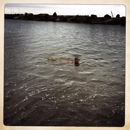 la B, unico essere umano a nuotare sotto la pioggia a Chiavari, Italia