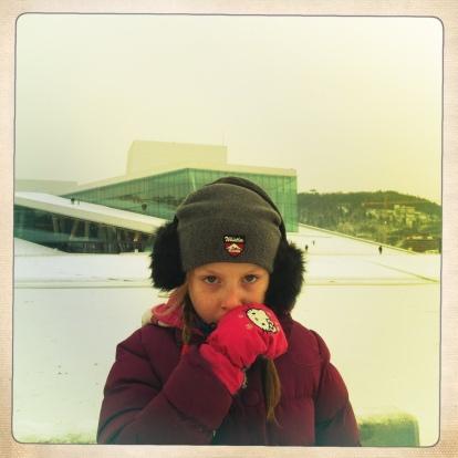 La B davanti all'Opera House di Oslo